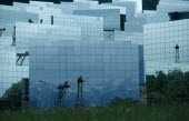 France, Languedoc Roussillon, Pyrenees Orientales, Odeillo-Via solar power station.  Mirrors reflecting light back to station building.