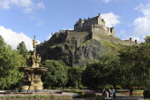 Scotland, Lothian, Edinburgh, Princes Gardens, Castle with the Ross fountain in the foreground from.