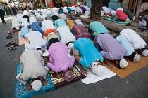India, West Bengal, Kolkata, Muslim men at prayer on MG Road.