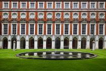 England, Richmond upon Thames. Hampton Court Palace, Fountain Court.